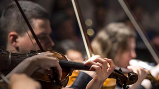 Orkesteri viihdyttää kevään aikana palvelutaloissa ja kouluilla